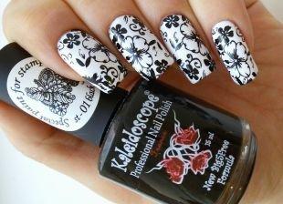 Черный дизайн ногтей, маникюр с цветочным рисунком