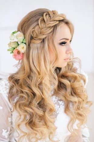 Медово русый цвет волос на длинные волосы, свадебная прическа с живыми цветами