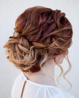 Медно каштановый цвет волос, элегантная праздничная прическа