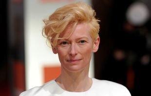 Цвет волос теплый блонд, креативная короткая стрижка для женщин после 40 лет