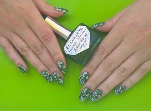 Нарощенные ногти, зеленый маникюр с ромашками