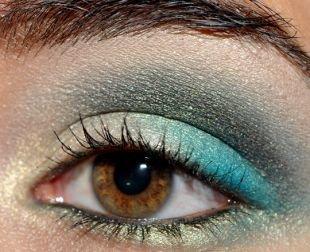 Макияж для каре-зелёных глаз, удивительный макияж для нависшего века голубыми тенями