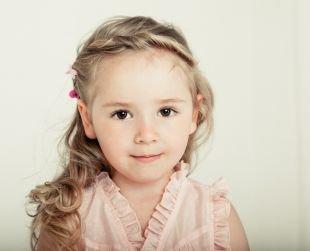 Перламутровый цвет волос на длинные волосы, детская прическа со жгутами и локонами