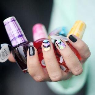 Дизайн коротких ногтей, стильный маникюр с геометрическим узором на коротких ногтях