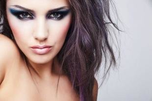 """Темный макияж для брюнеток, яркий макияж """"кошачий взгляд"""""""