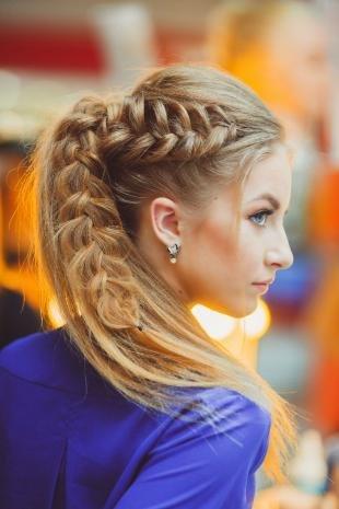 Цвет волос темный блондин, праздничная прическа на основе кос