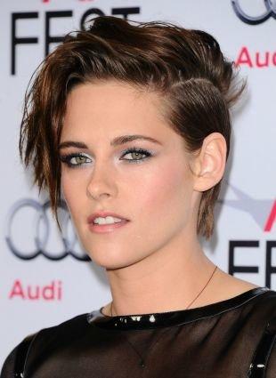 Коричневый цвет волос, актуальная короткая стрижка с асимметрией