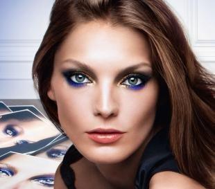 Макияж для голубых глаз с голубыми тенями, макияж на фотосессию для шатенок