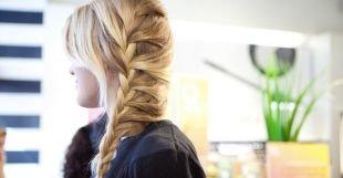 Прически на выпускной 4 класс на длинные волосы, обворожительная и необычная лесенка из волос на основе французской косы