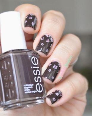 Нежные рисунки на ногтях, темный маникюр с белыми маленькими цветами