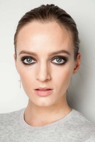 Макияж для голубых глаз и русых волос, идеи макияжа с модных показов