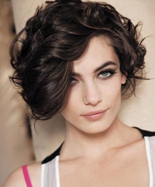 Кофейный цвет волос, короткая стрижка для вьющихся волос